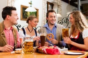 Oktoberfest-Mahl in geselliger Runde