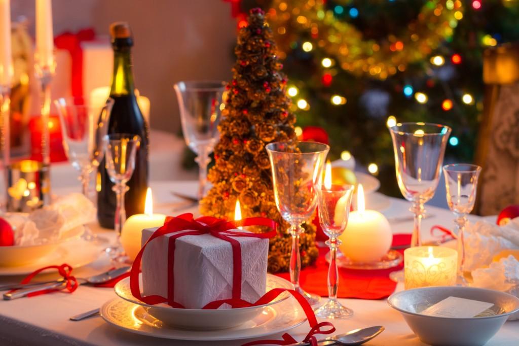 Festlich gedeckter Tisch an Weihnachten